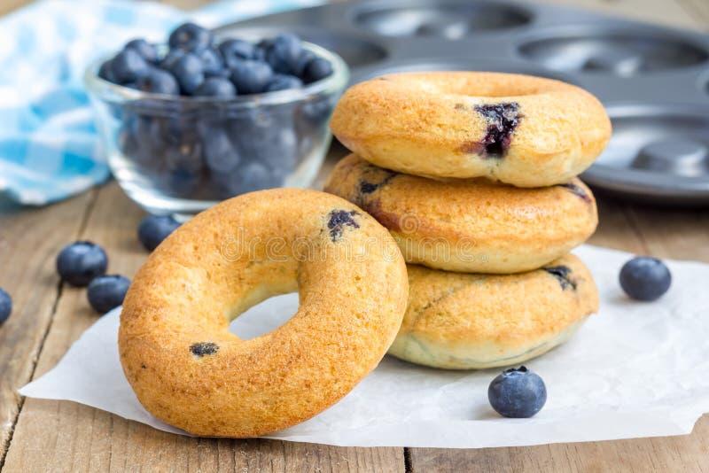 Vers gebakken doughnuts met bosbessen royalty-vrije stock fotografie