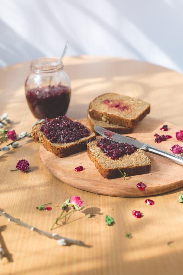 Vers gebakken eigengemaakt gezond brood met blackcurrant jam stock foto's