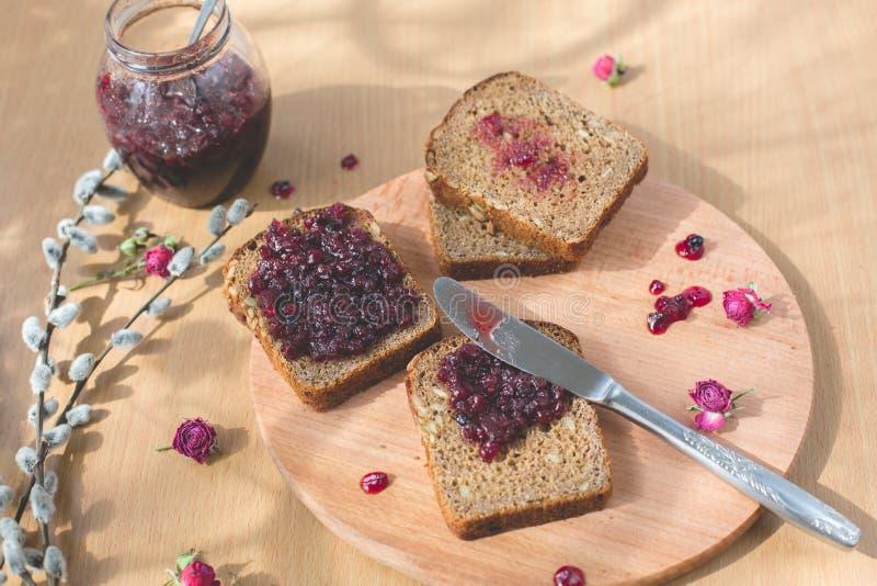 Vers gebakken eigengemaakt gezond brood met blackcurrant jam stock fotografie