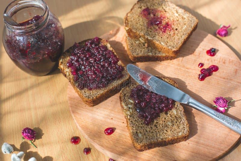 Vers gebakken eigengemaakt gezond brood met blackcurrant jam - eigengemaakte marmelade met verse organische vruchten van tuin In  royalty-vrije stock fotografie