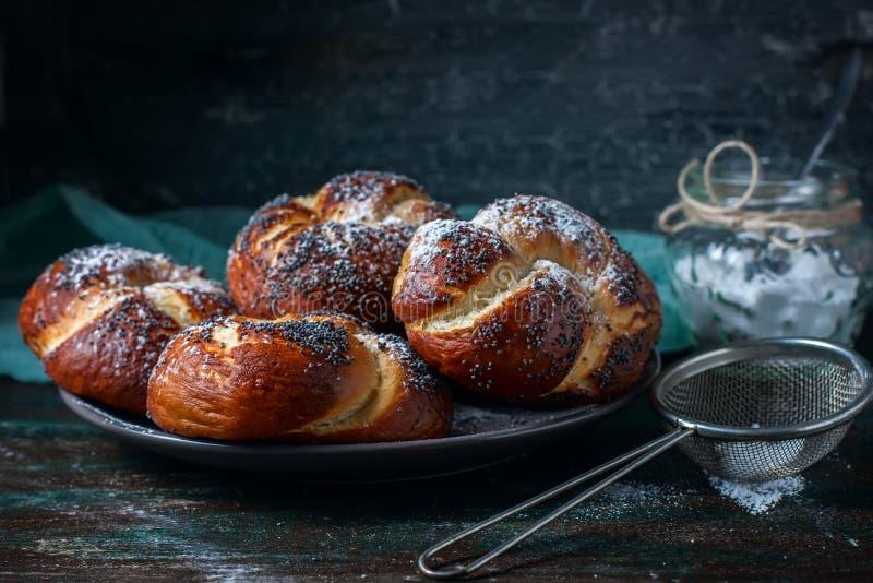 Vers gebakken eigengemaakte ongezuurde broodjes met papaverzaden stock afbeelding
