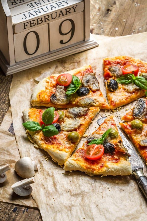 Vers gebakken eigengemaakte pizza stock afbeeldingen
