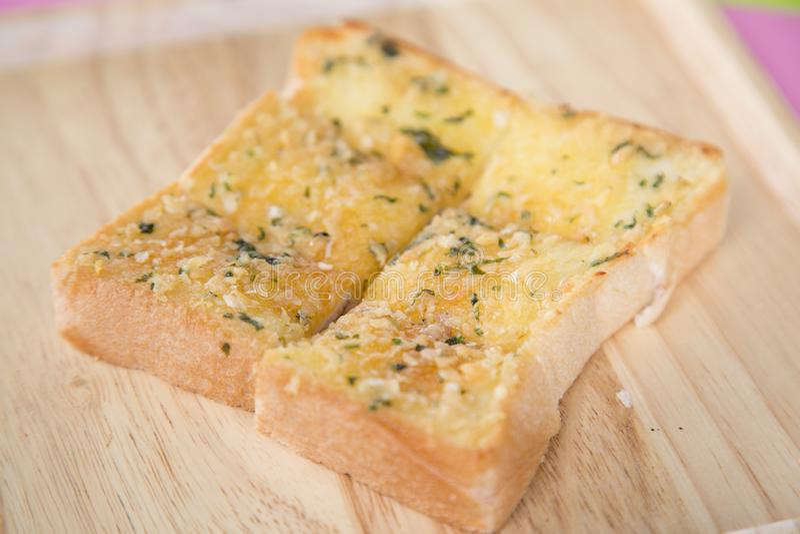Vers gebakken gesneden knoflookbrood op een rustieke houten scherpe raad royalty-vrije stock fotografie