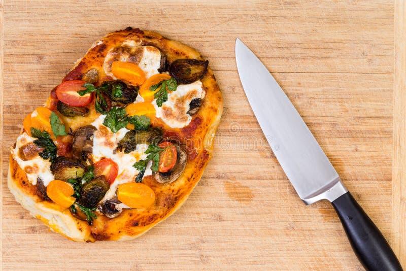 Vers gebakken hand geworpen vegetarische pizza royalty-vrije stock foto's