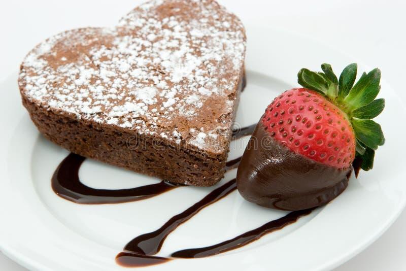Vers gebakken hartcake en aardbei stock foto's