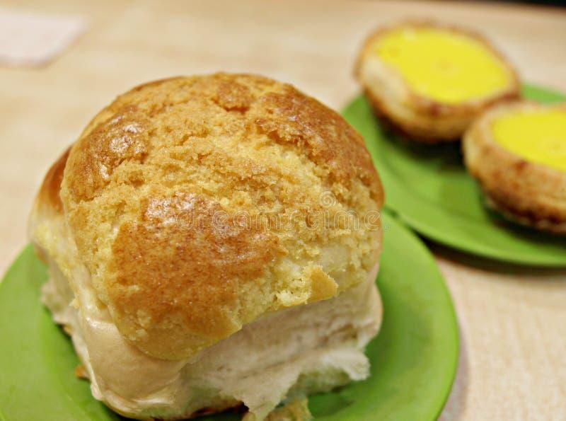 Vers gebakken heerlijk knapperig broodje stock foto's