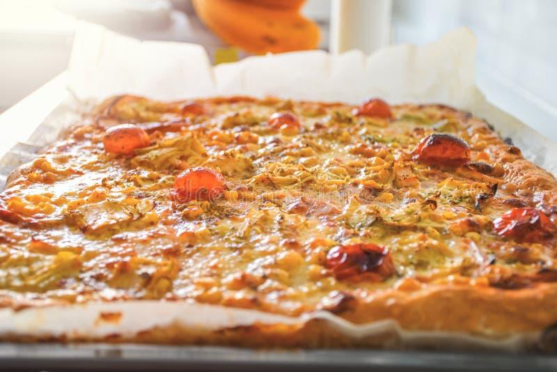 Vers gebakken hete eigengemaakte pizza met rode tomatengroenten en witte mozarellakaas stock fotografie