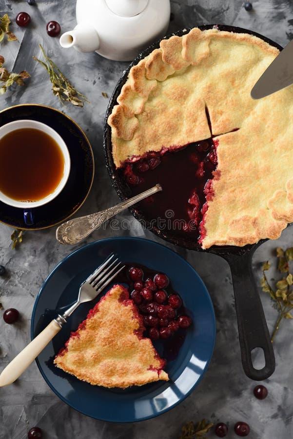 Vers gebakken kersenpastei met zwarte thee en uitstekende vorken op donkere concrete hoogste mening als achtergrond Rustig stille stock foto's