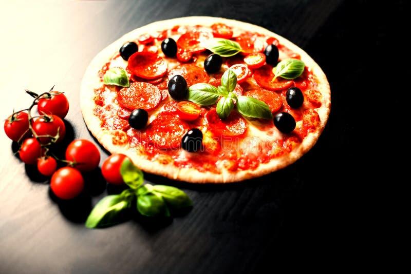 Vers gebakken Pizza met Pepperonisworst en kaas in een rusti stock fotografie