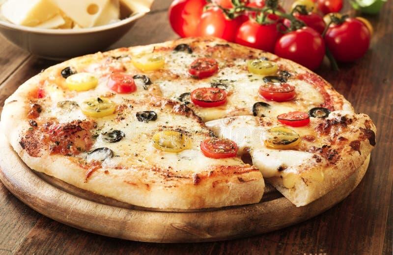 Vers Gebakken Pizza met tomaten, olijven en kaas stock foto's