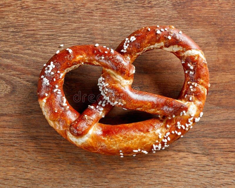 Vers gebakken pretzel stock afbeeldingen