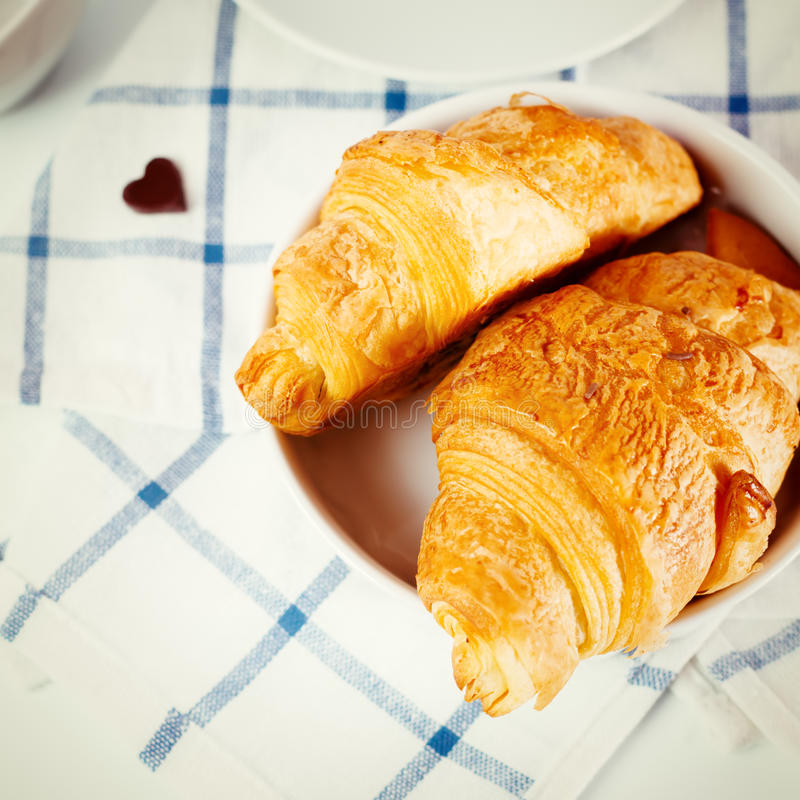 Vers gebakken smakelijk croissant stock foto
