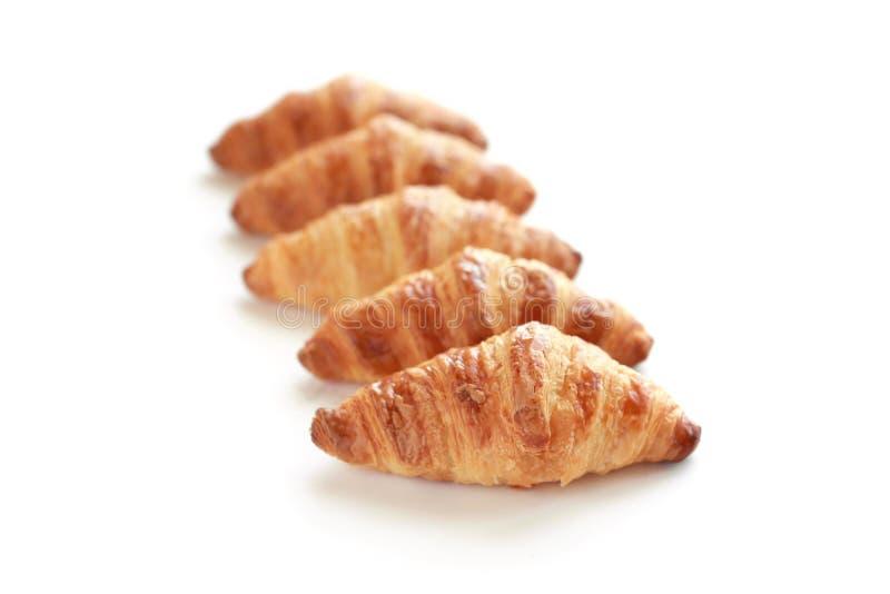 Vers gebakken smakelijke die croissants op wit worden geïsoleerd royalty-vrije stock foto's