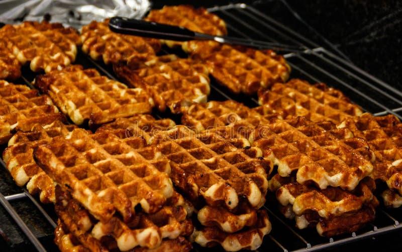 Vers gebakken smakelijke zoete traditionele Belgische wafels stock fotografie