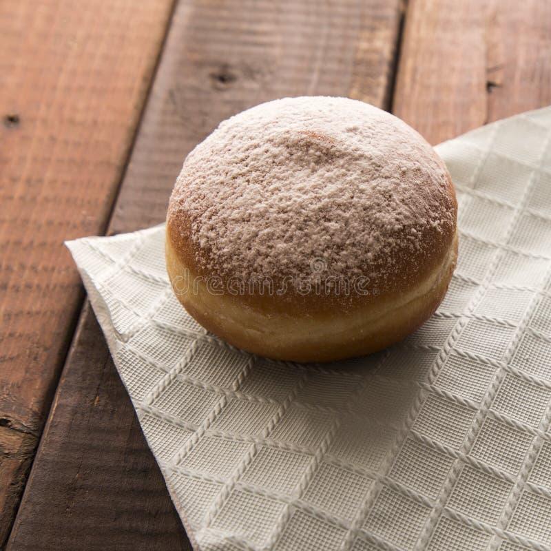 Vers Gebakken Sugar Coated Donut op rustieke lijst stock foto's