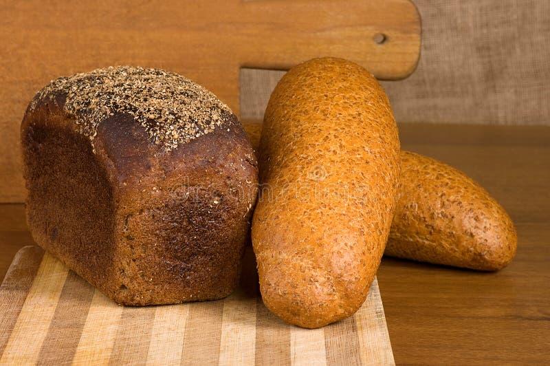 Vers gebakken traditioneel brood aan boord stock foto