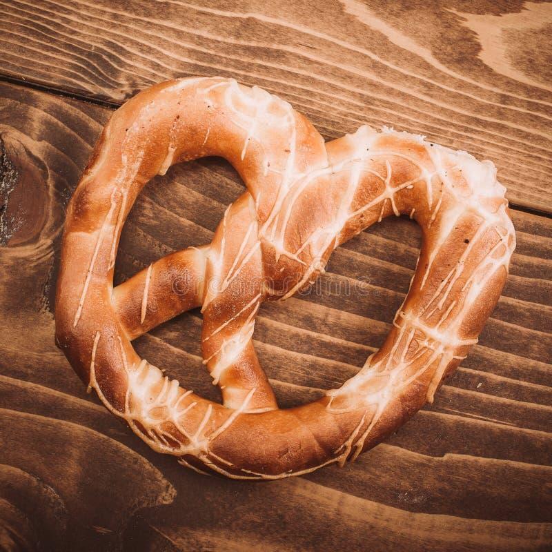 Vers gebakken zachte pretzel op rustieke houten lijst stock foto's