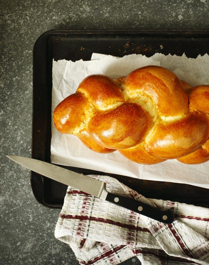 Vers gebakken zoet gevlecht broodbrood op een bakselblad Chall royalty-vrije stock afbeelding