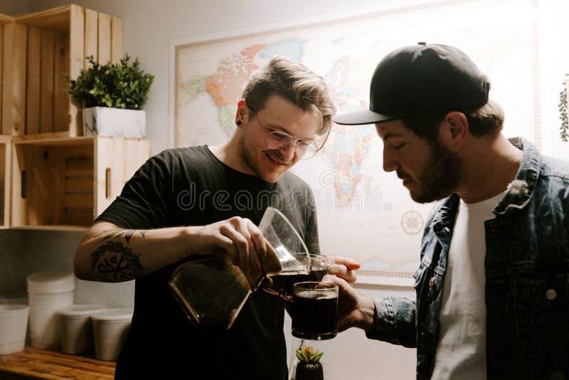 Vers Gebrouwen Enige Oorsprong Geroosterde Koffie die en in de Vaas van Glaschemex bloeien brouwen royalty-vrije stock foto's