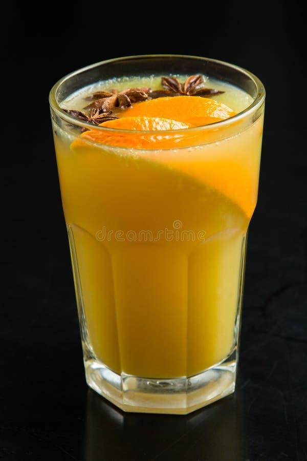 Vers gedrukt jus d'orange in een glas met een plak van sinaasappel royalty-vrije stock afbeeldingen