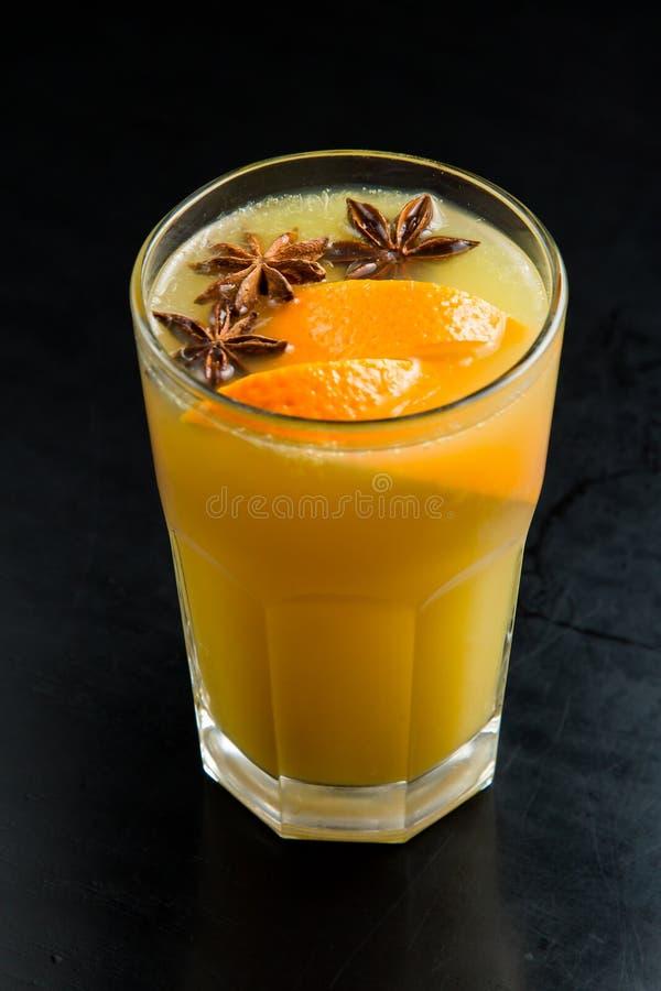 Vers gedrukt jus d'orange in een glas met een plak van sinaasappel stock afbeelding