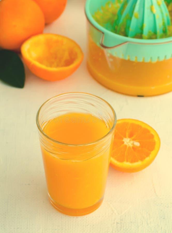 Vers gedrukt jus d'orange in glas op witte achtergrond royalty-vrije stock fotografie