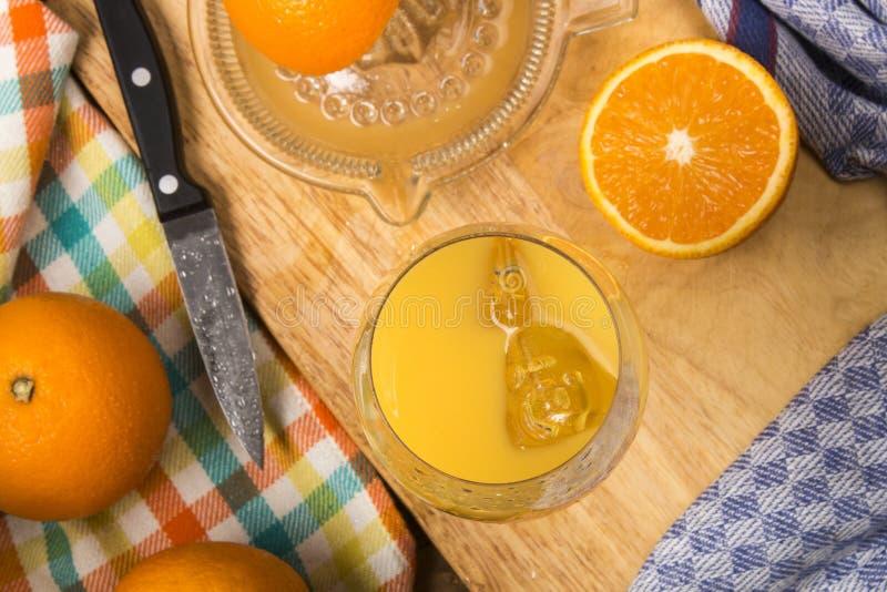 Vers gedrukt jus d'orange met ijsblokjes in een glas stock fotografie
