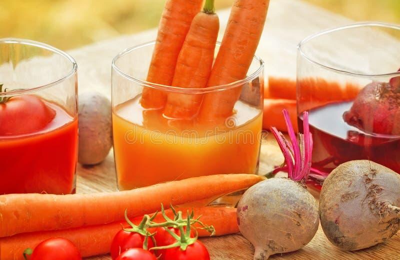 Vers gedrukt wortelsap stock foto