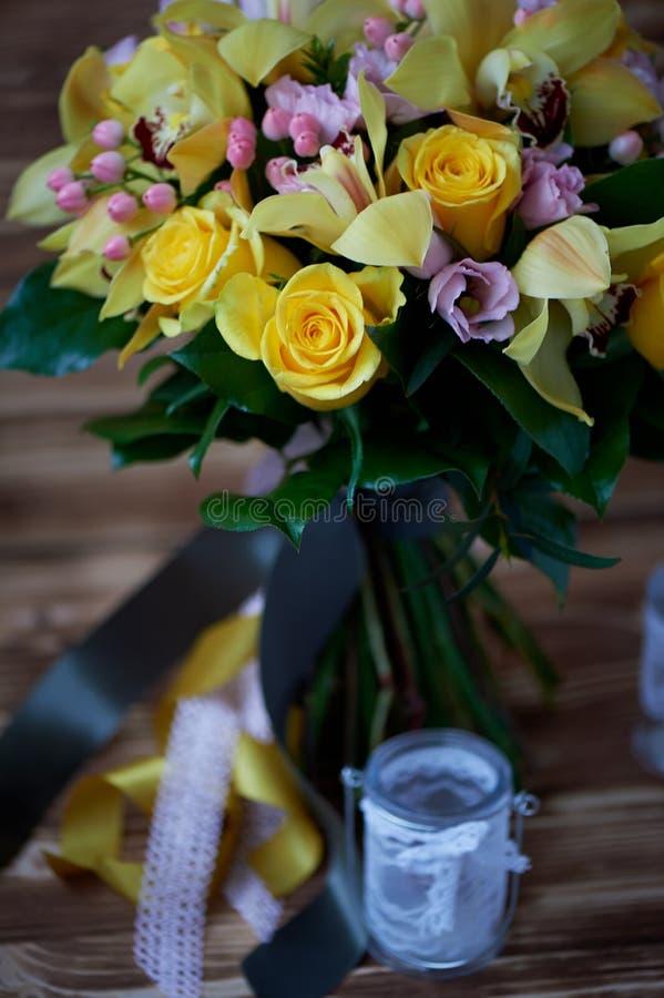 Vers geel boeket van gele rozen en roze bessen Heldere kleuren stock fotografie