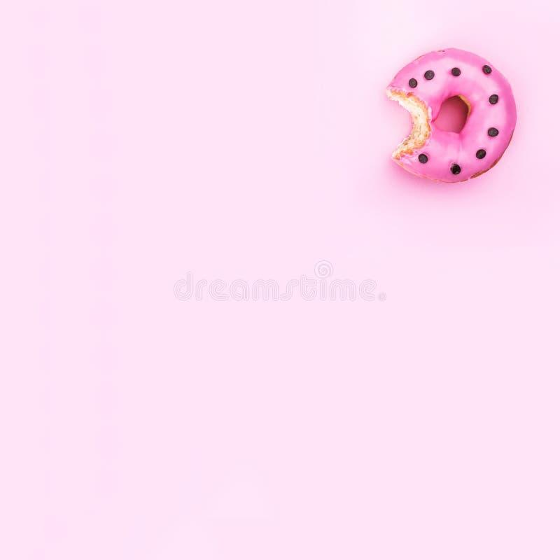 Vers gegeten die doughnut op roze achtergrond, hoogste mening en exemplaarruimte wordt geïsoleerd royalty-vrije stock afbeeldingen