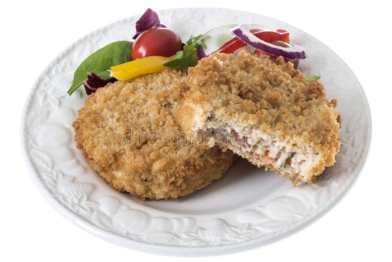 Vers Gekookt Salmon Fish Cakes met Kleurrijke Zijsalade royalty-vrije stock foto