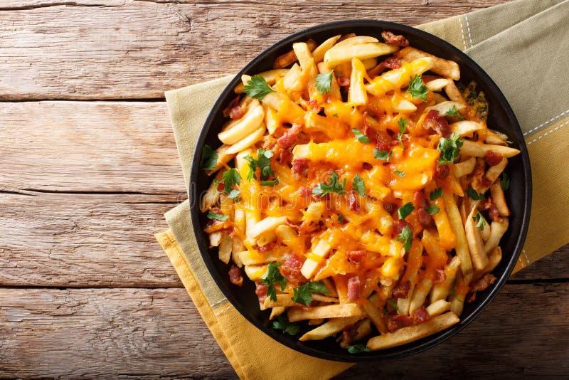 Vers gekookte die Frieten met cheddarkaas worden gebakken, bacon en royalty-vrije stock fotografie
