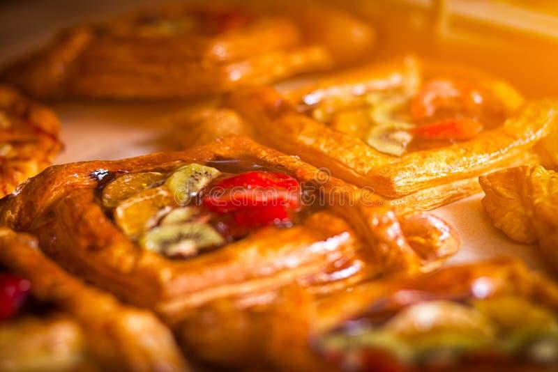 vers gekookte gelaagde broodjes stock fotografie