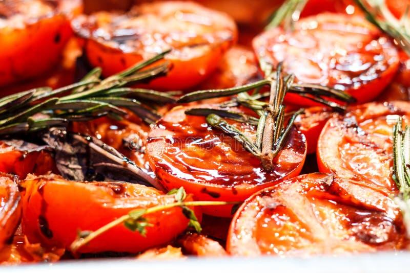 Vers gekookte geroosterde groenten, tomaten, paddestoelen, aubergine stock fotografie