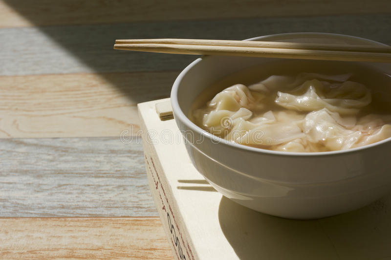 Vers gemaakt wonton met eetstokjes bovenop witte kom royalty-vrije stock foto's