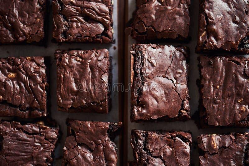Vers gemaakte chocolade die brownies op een bakkerijlijst koelen royalty-vrije stock fotografie