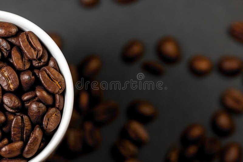 Vers gemalen geroosterde koffiebonen met vruchten van koffieinstallatie, volledig van korrels stock afbeeldingen