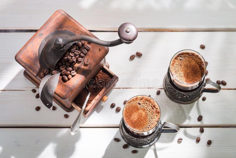 Vers gemalen koffie met bonen royalty-vrije stock fotografie