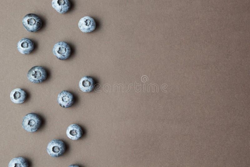 Vers geplukte bosbessen op een bruine achtergrond, ruimte voor tekst stock afbeeldingen
