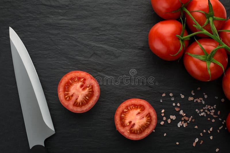 Vers geplukte tomaten op donkere steen stock afbeelding