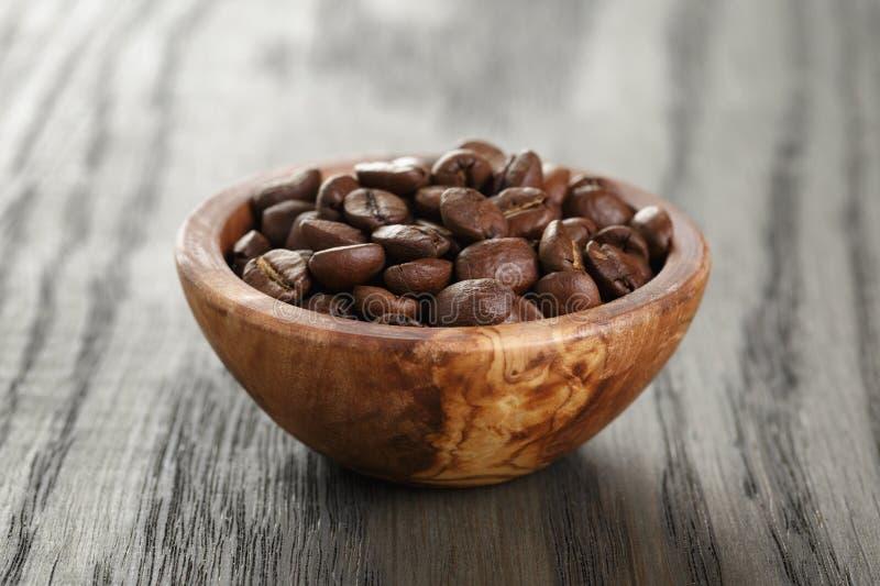 Vers geroosterde arabica koffiebonen in kom stock foto