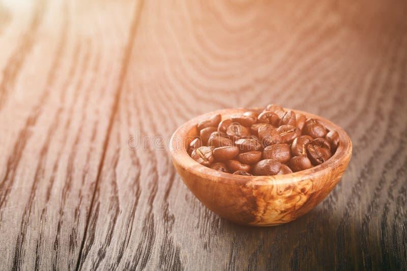 Vers geroosterde arabica koffiebonen in kom stock foto's
