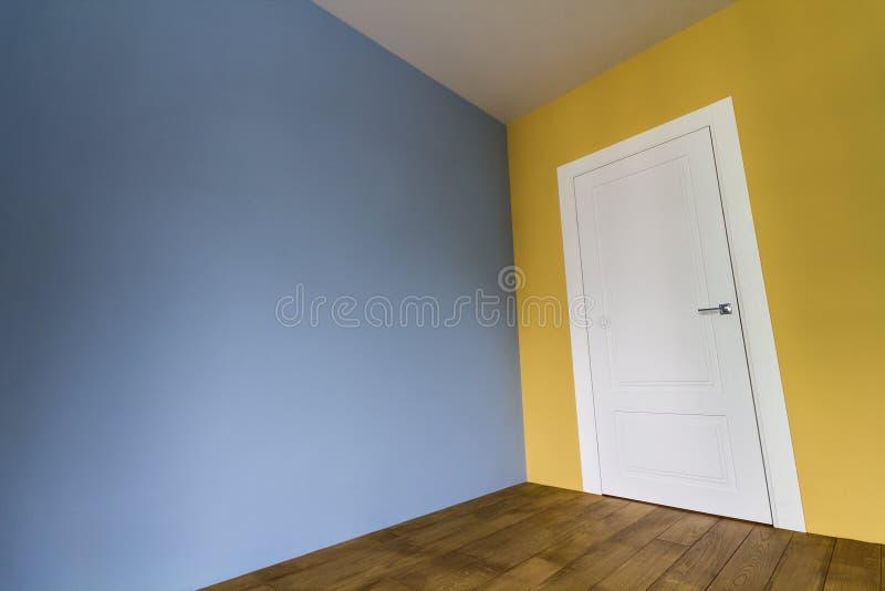 Download Vers Geschilderd Ruimtebinnenland Met Witte Deur En Houten Parket F Stock Foto - Afbeelding bestaande uit blauw, deur: 107706008