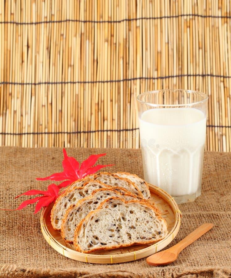 Vers gesneden brood in een rieten mand met mik stock afbeeldingen