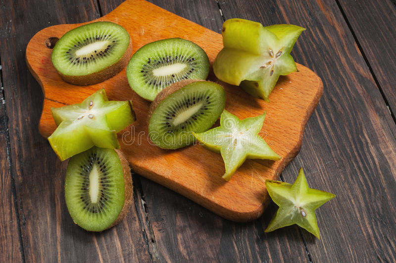 Vers gesneden tropisch fruit op hout met inbegrip van kiwi en carambola royalty-vrije stock foto
