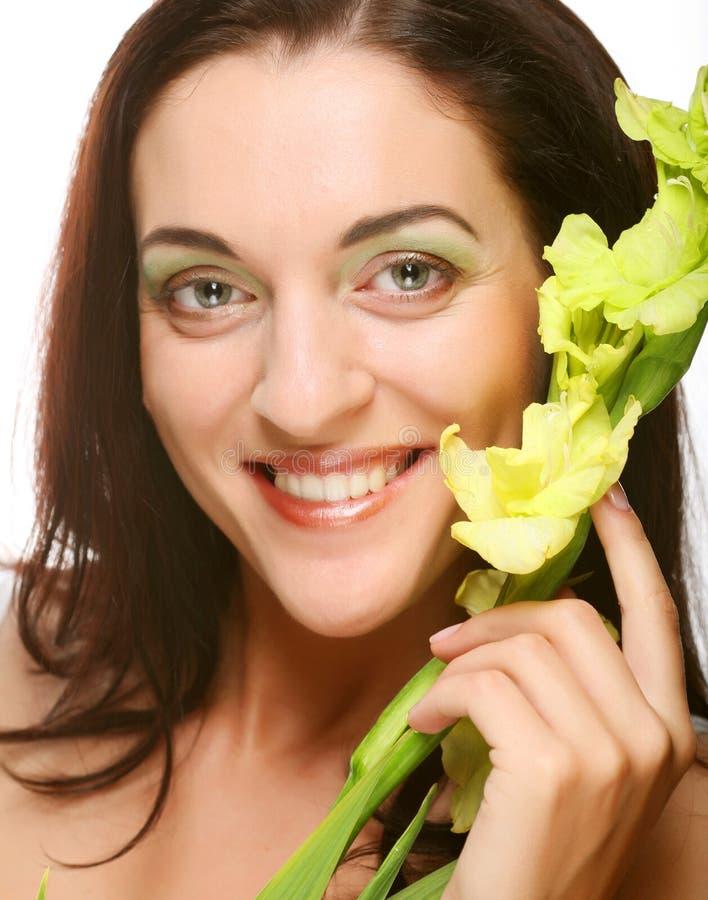 Vers gezicht met gladiolenbloemen in haar handen stock fotografie