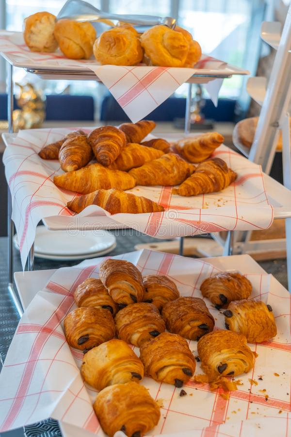 Vers gezwollen gebakje op verfraaide plank bij Franse patisserieopslag royalty-vrije stock foto's