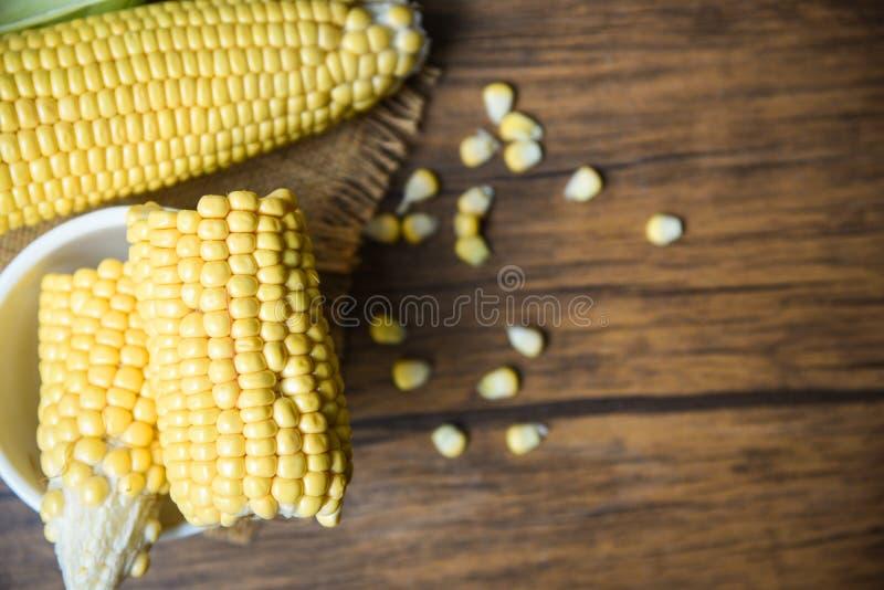 Vers graan op zak en suikerma?sachtergrond van de zaad de rustieke houten lijst stock fotografie