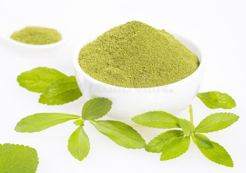 Vers groen bladeren en steviapoeder - Stevia-rebaudiana Witte achtergrond stock foto's