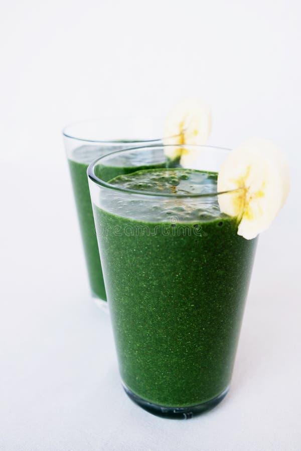 Vers groen boerenkool, banaan, kokosmelk, spirulinapoeder en lijnzaad smoothie Gezonde levensstijl, veganistvoedsel royalty-vrije stock foto